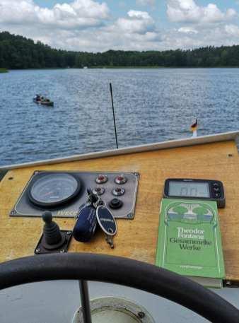 Buch liegt auf Ruder eines Boots