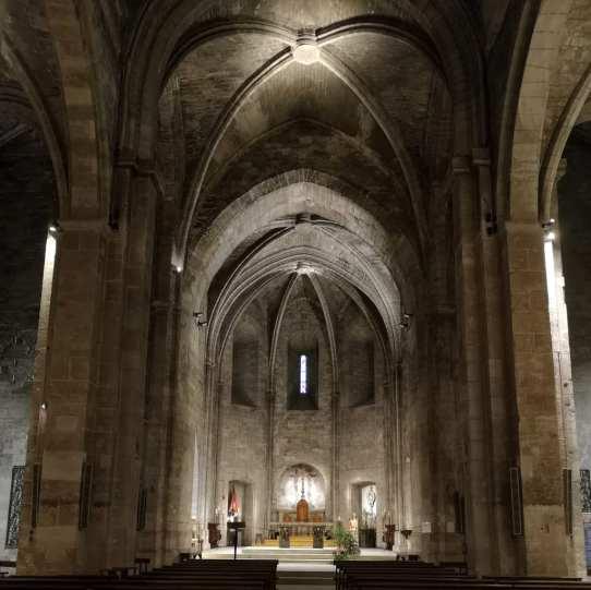 Mittelalterliche Kirche mit Kreuzgewölbe