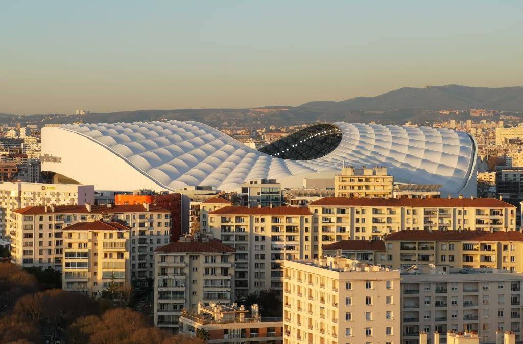 Riesiges Stadion in einem Wohngebiet