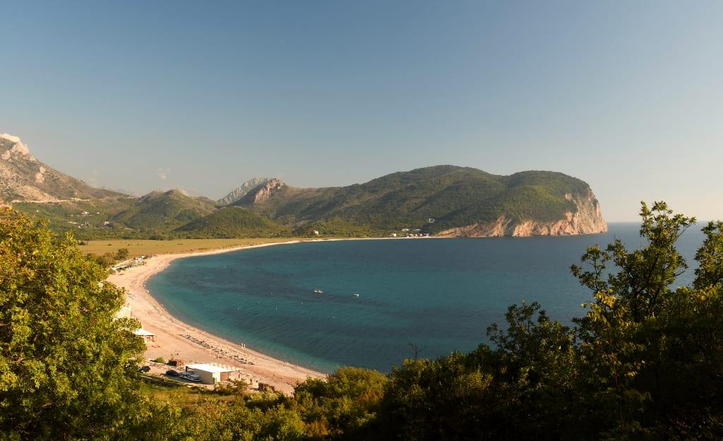 Schöner unverbauter Strand