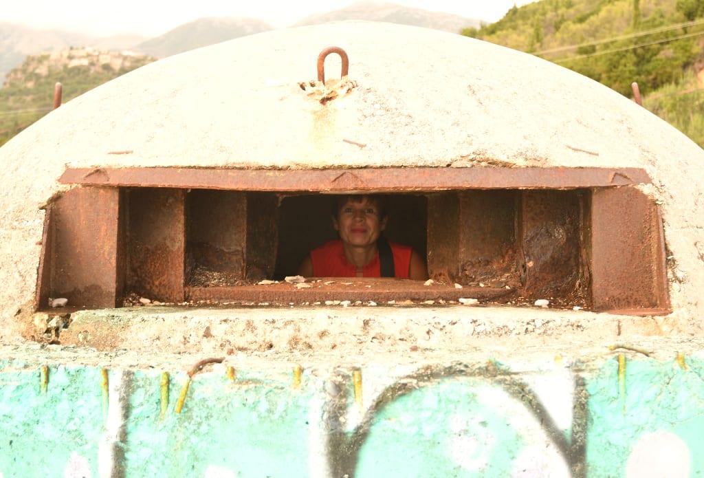 Frau schaut aus Bunker