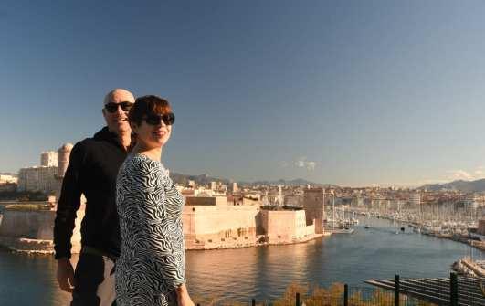 Mann und Frau vor einem Hafen