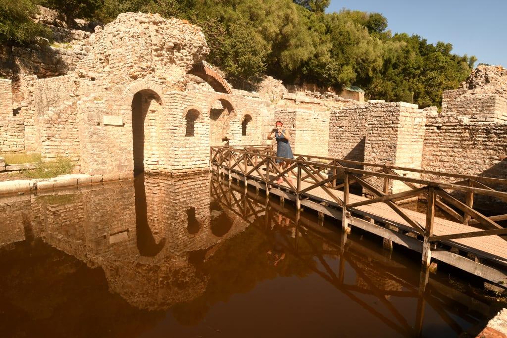 Ruinen einer antiken Stadt spiegeln sich im Wasser