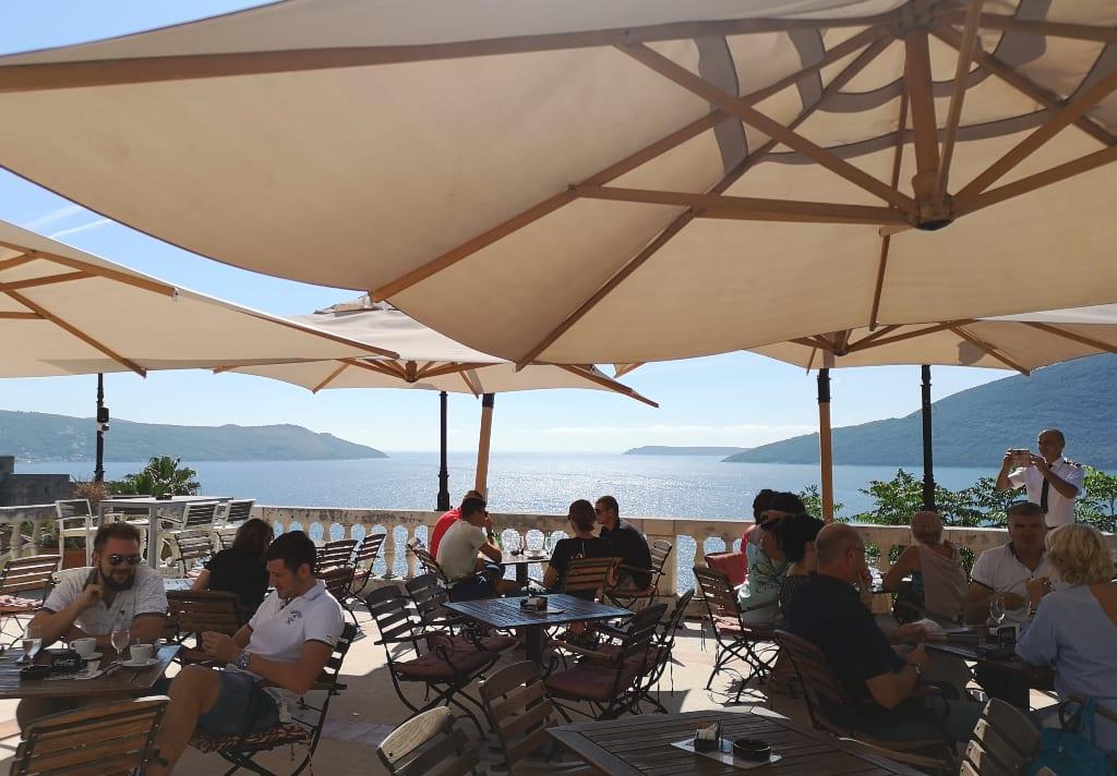 Caféterrasse mit dem Meer im Hintergrund