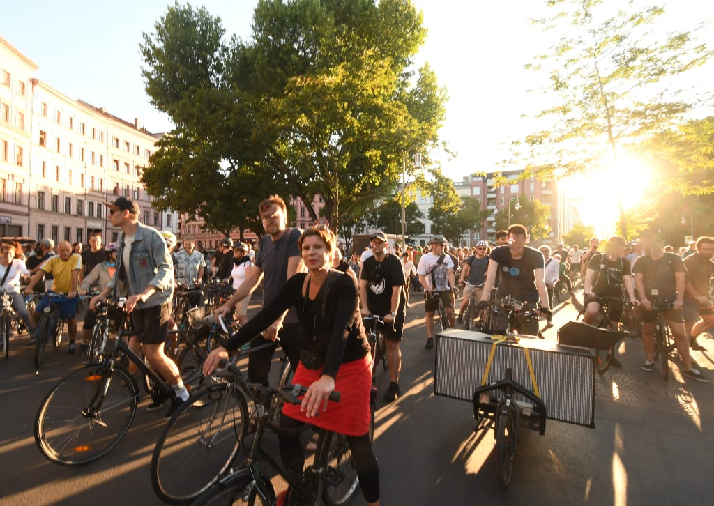 Viele Menschen auf Rädern