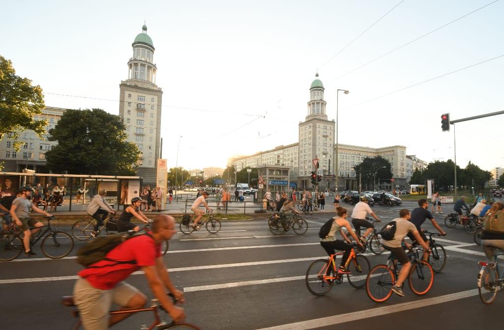 Fahrradfahrer auf einer vierspurigen Straße