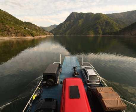 Autofähre auf einem See