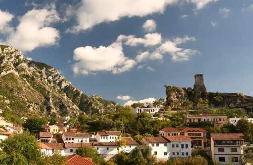 Blick auf eine Stadt, über der eine Burg thront