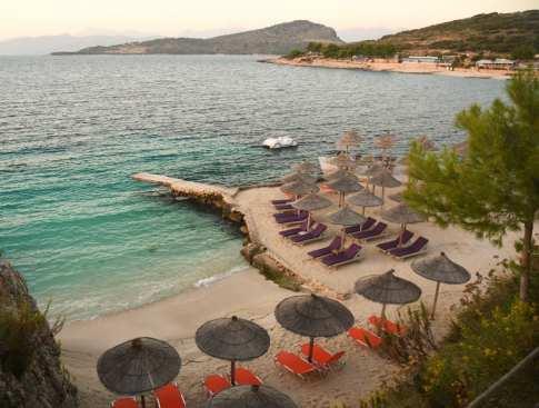 Kleiner Strand mit Sonnenschirmen