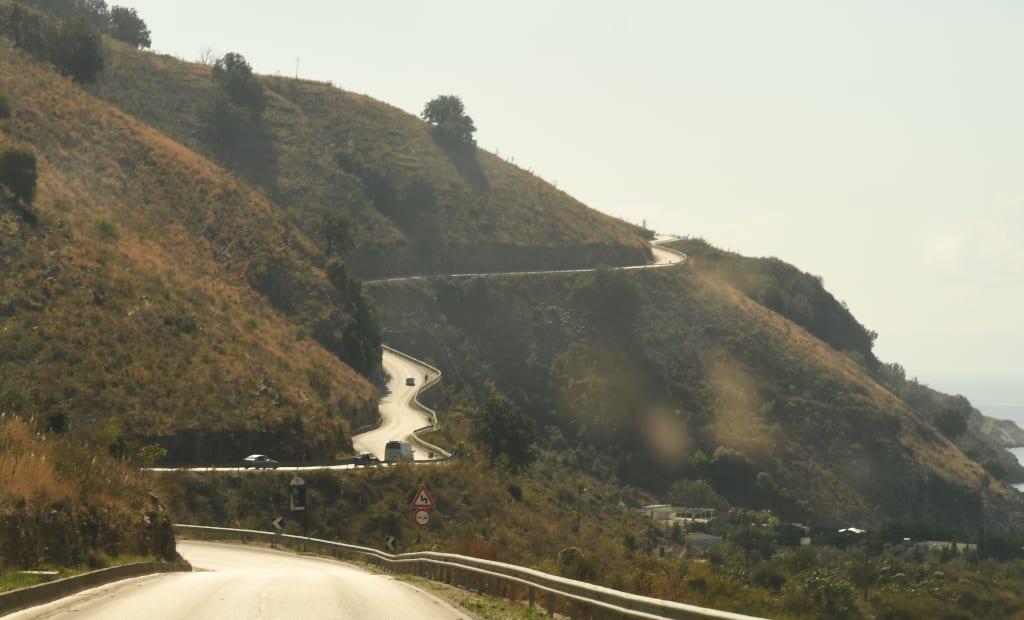 Straße windet sich durch berge