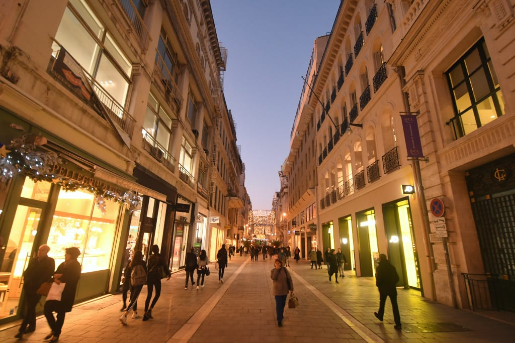 Fußgängerzone im Abendlicht