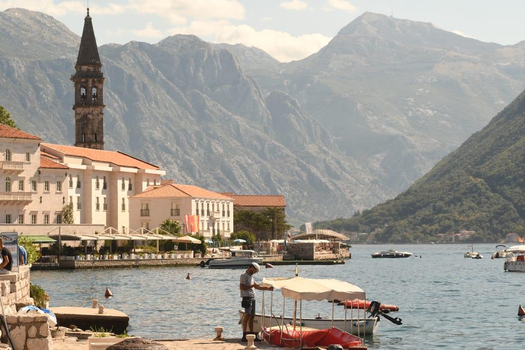 Boot vor einer schönen Stadt mit Bergen im Hintergrund