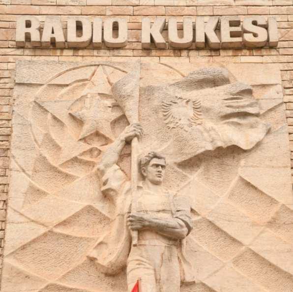 """Steinplatte mit der Aufschrift """"Radio Kukes"""""""