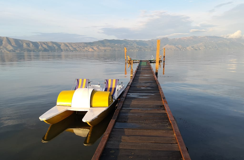 Tretboot an einem Steg an einem See