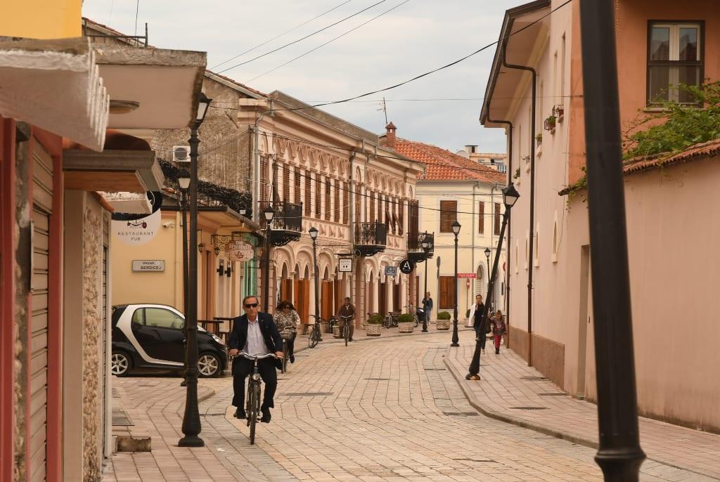 Radfahrer in einer Altstadt