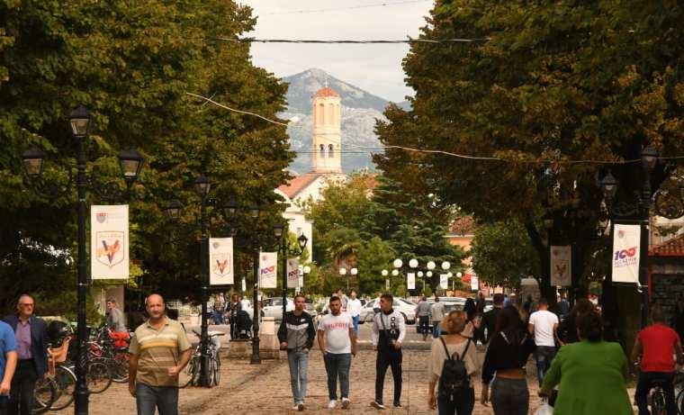 Menschen flanieren auf einer Straße