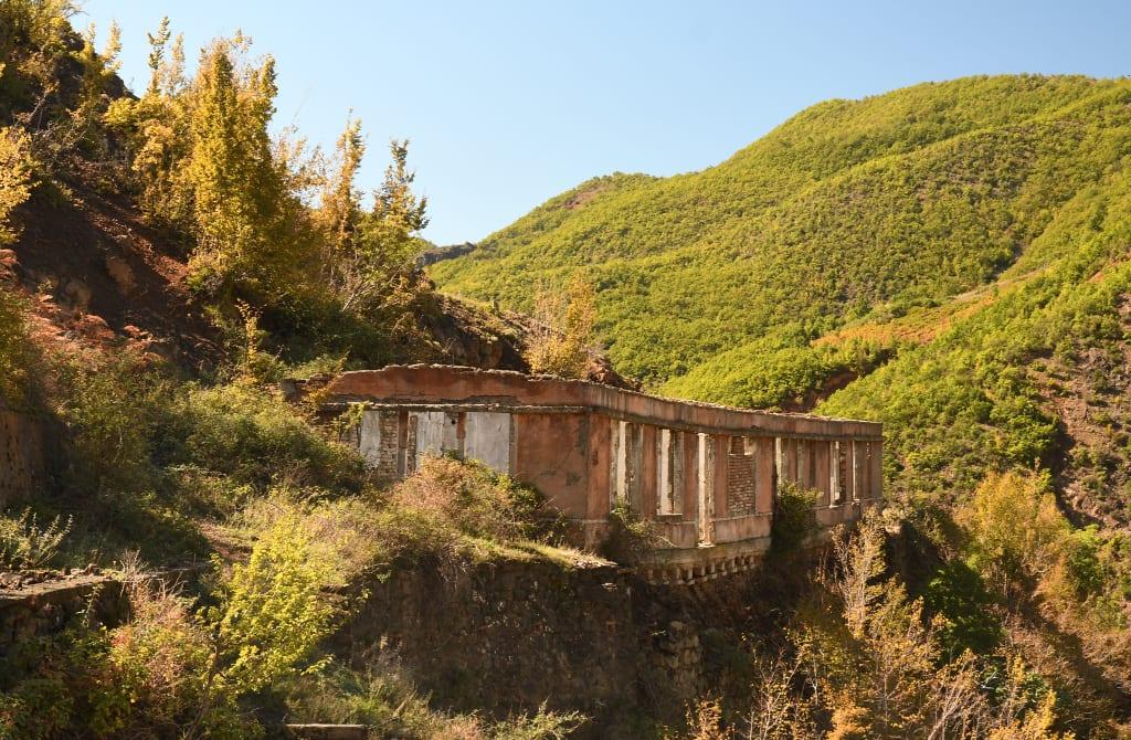 Häuserruinen in den Bergen