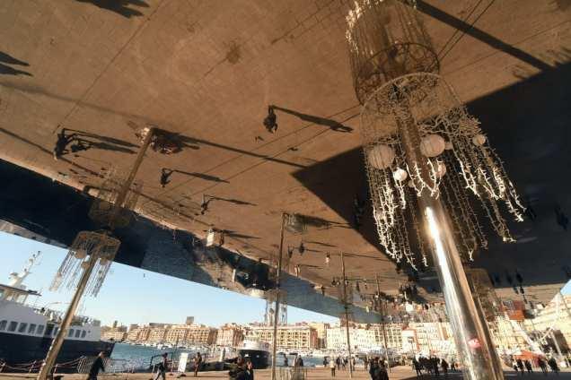 Spiegeldach an einem Hafen
