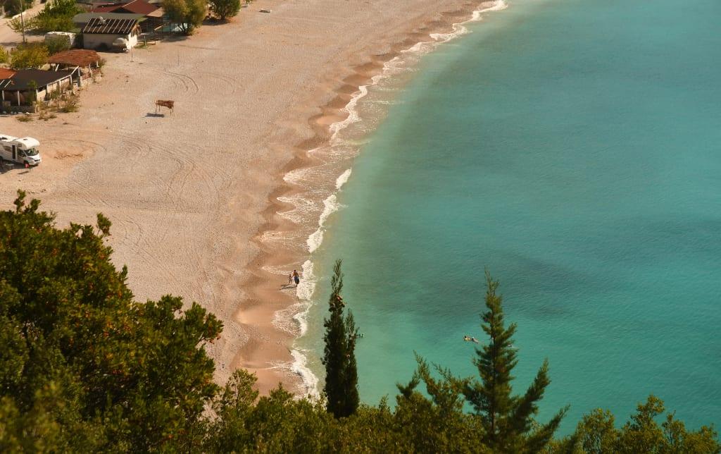 Strand mit türkisfarbenem Meer davor