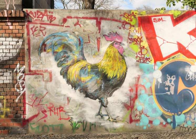 Bunter gemalter Hahn an einer Mauer
