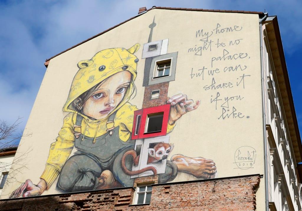 Mädchen mit gelbem Kapuzenpulli Mural