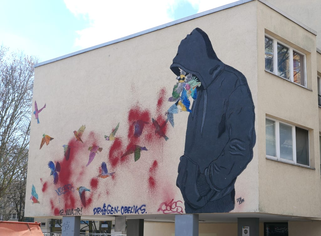 Mural Mann mit Kapuze und Vögel