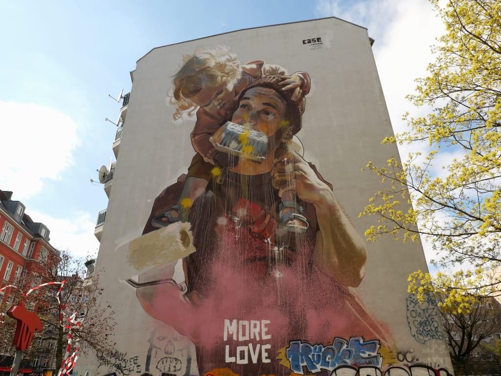 Mural einer Frau an Häuserwand