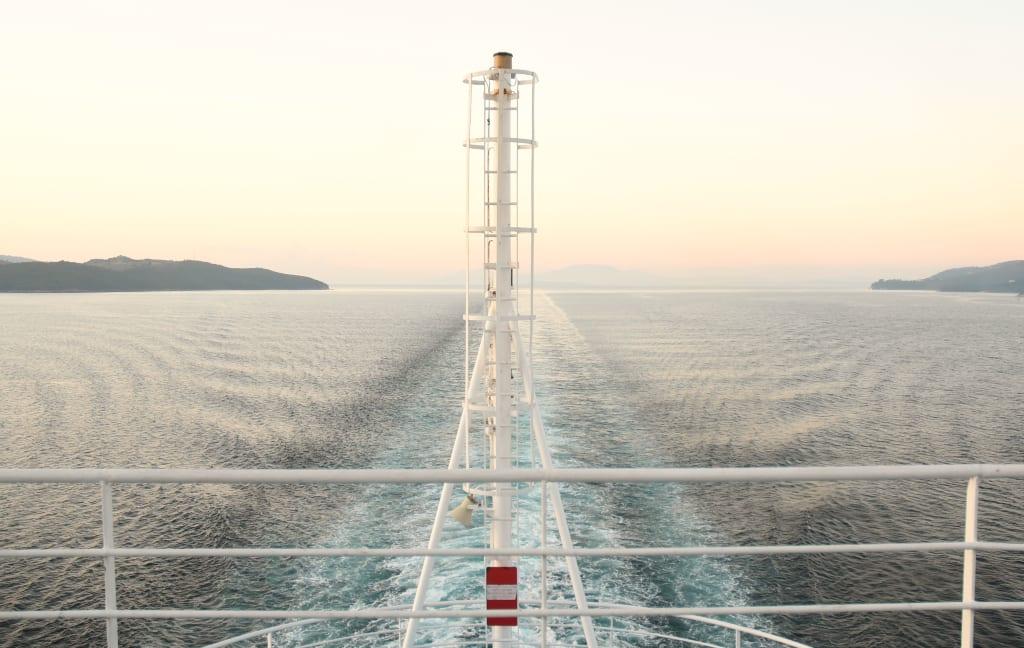 Schiff Küste Spur im Wasser