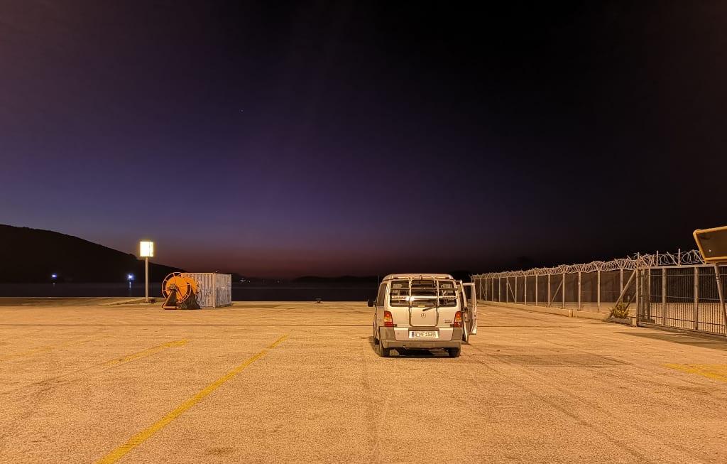 Minibus steht allein an einer Fähranlegestelle bei Nacht