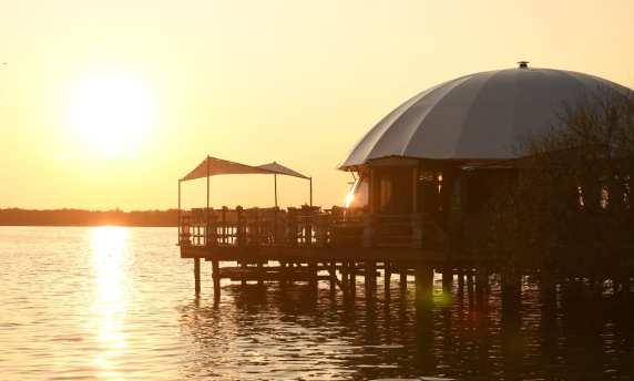 Sonnenuntergang an einem See mit Bar