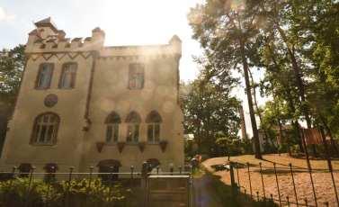 Neugotische Villa im Gegenlicht