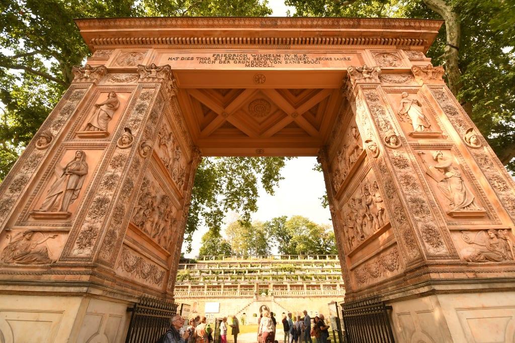 Monumentales Tor führt auf Weinberg zu