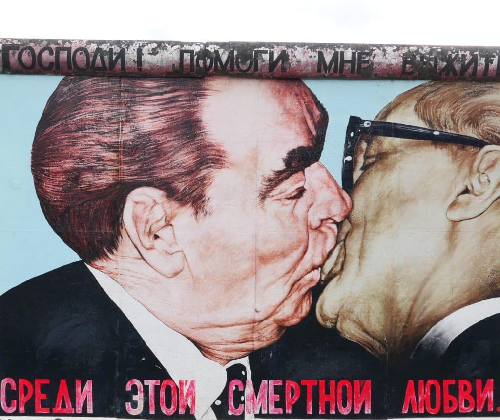 Zwei küssende Männer auf einem Gemälde