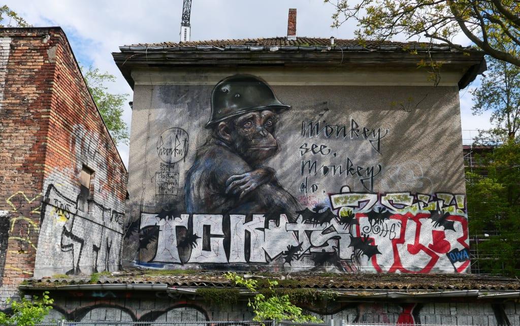 Traurig dreinblickender Affe an einer Mauer Street Art