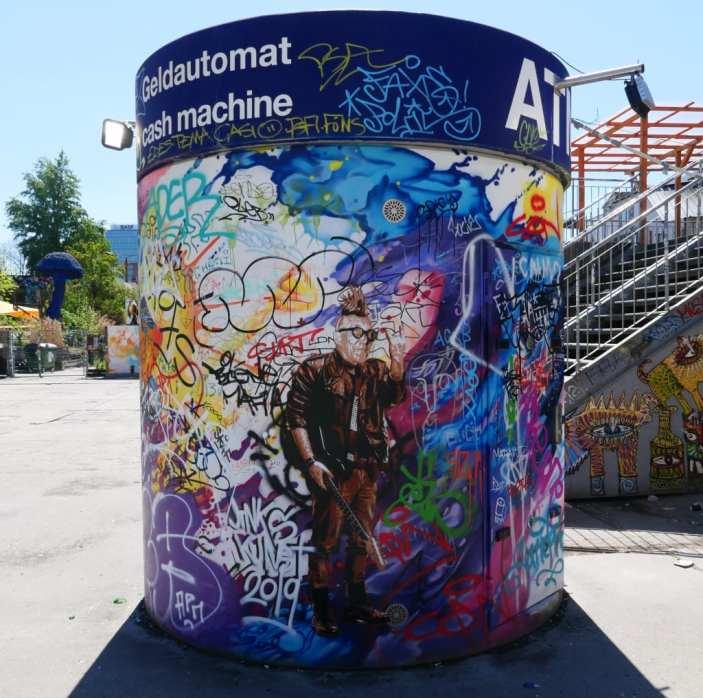 ATM-Säule mit Street Art
