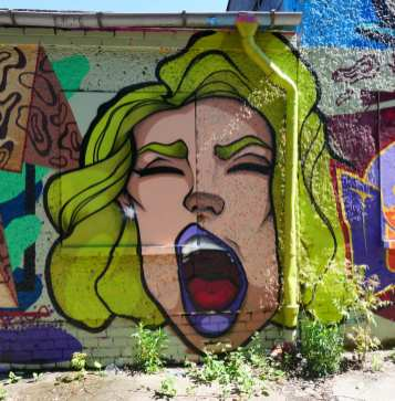 Frau mit gelben Haaren schreit Mural