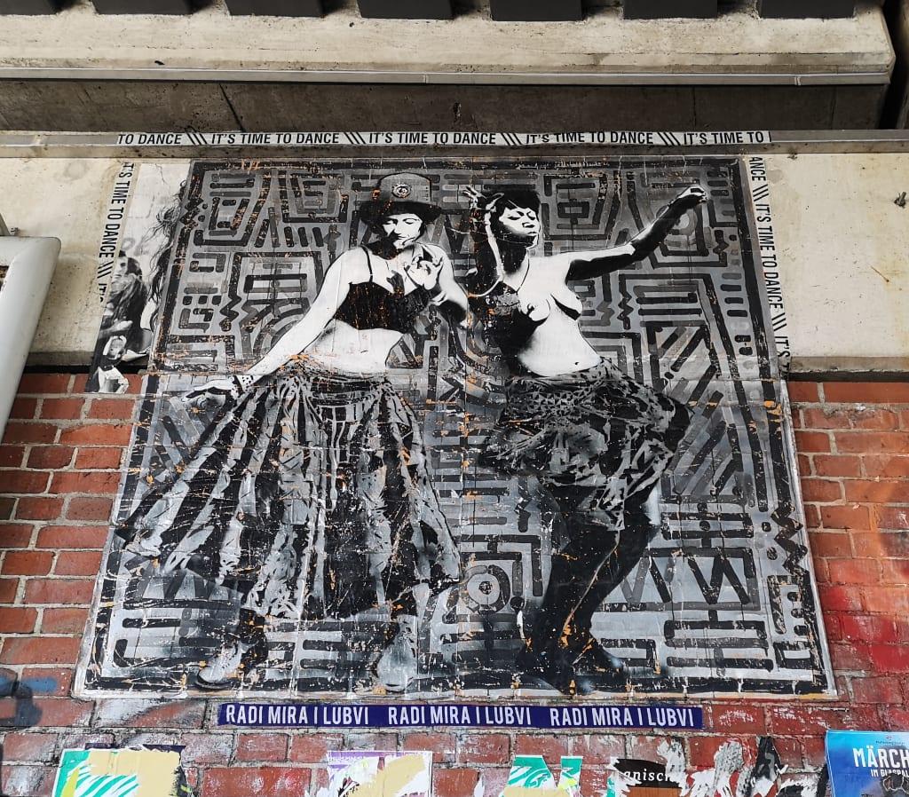 Zwei Frauen tanzen Paste-up