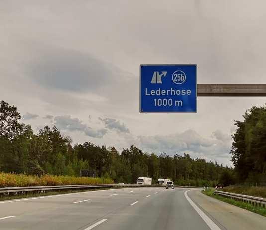 Autobahnausfahrt Lederhose