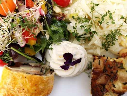 Schön drapiertes Essen auf einem Teller