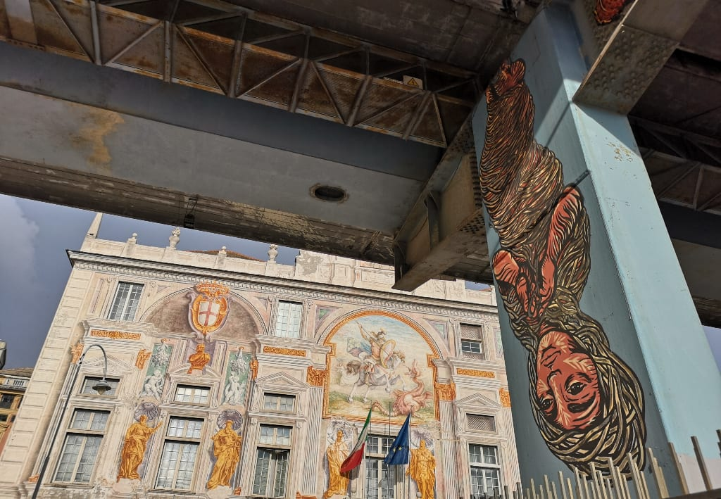 Streetart, dahinter frskengeschmückter Palast