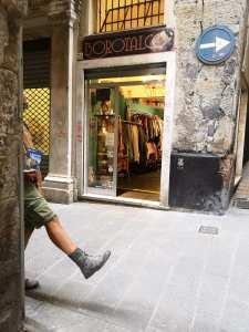 Mann mit Reiseführer läuft durch Altstadtgasse
