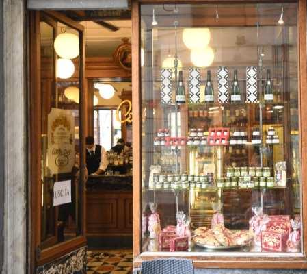 Schaufenster eines Cafés mit offener Tür