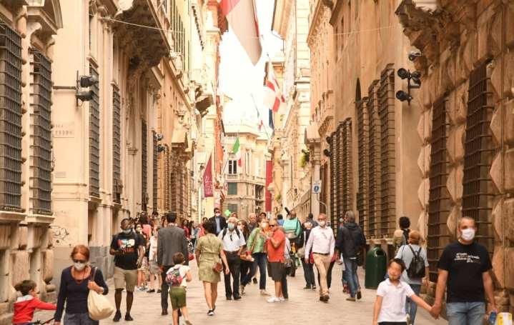 Prächtige Straße mit flanierenden Menschen