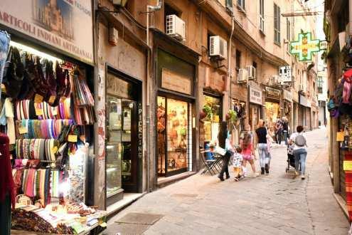 Altstadtgasse mit bunten Läden