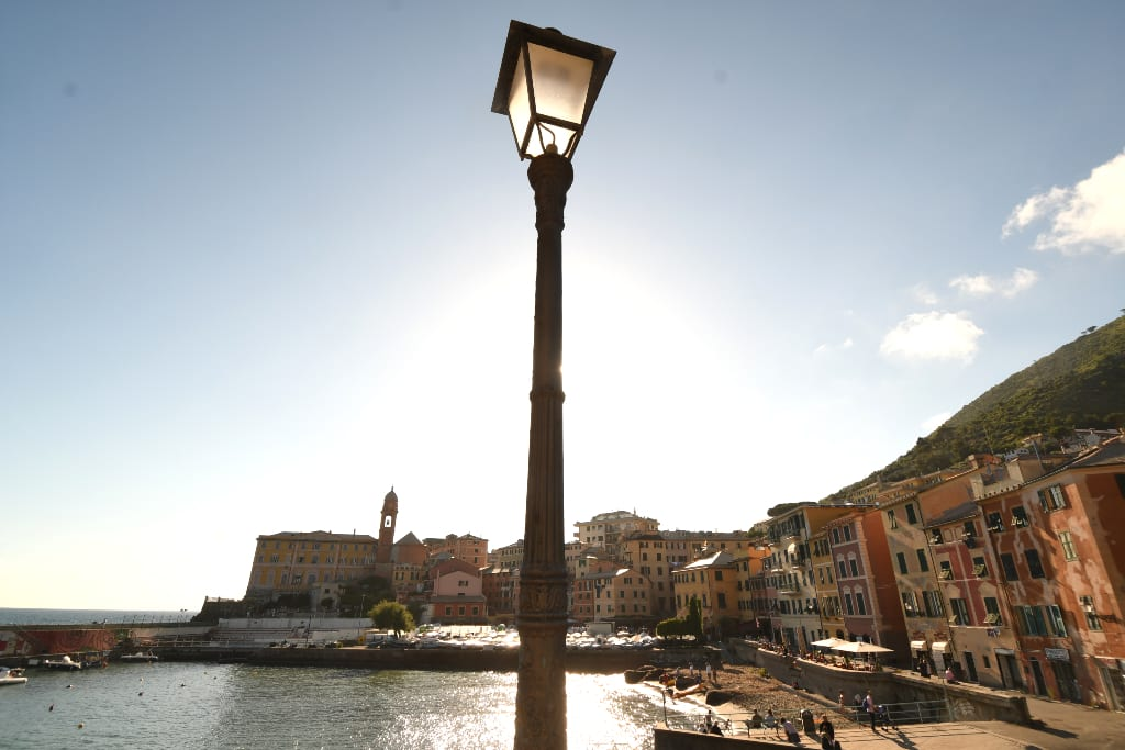 Laterne und Hafen im Gegenlicht