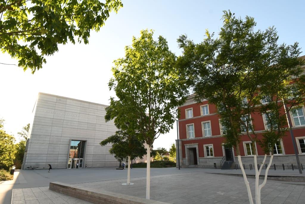 Platz mit moderner Architektur