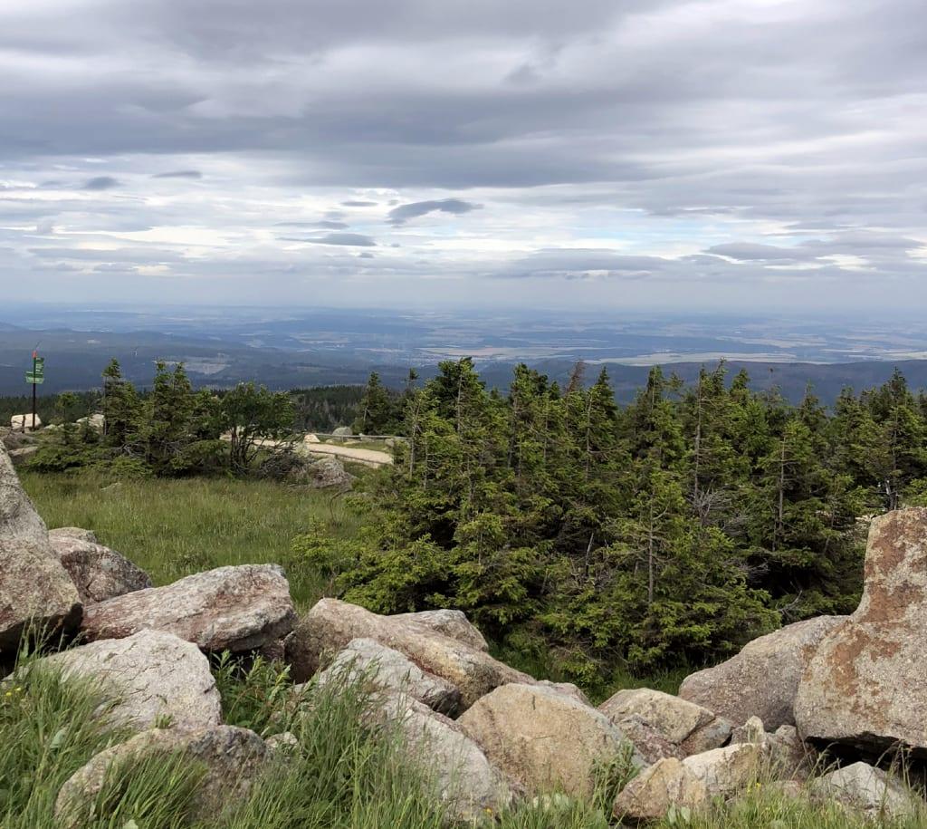 Berg mit Felsbrocken und Panoramablick