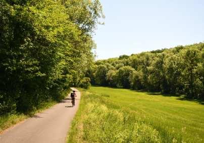 Frau auf einem Radweg in schöner Natur