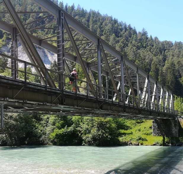 Brücke über einen türkisfarbenen Fluss