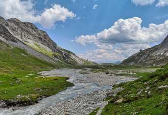 Fluss fließt durch ein Hochtal